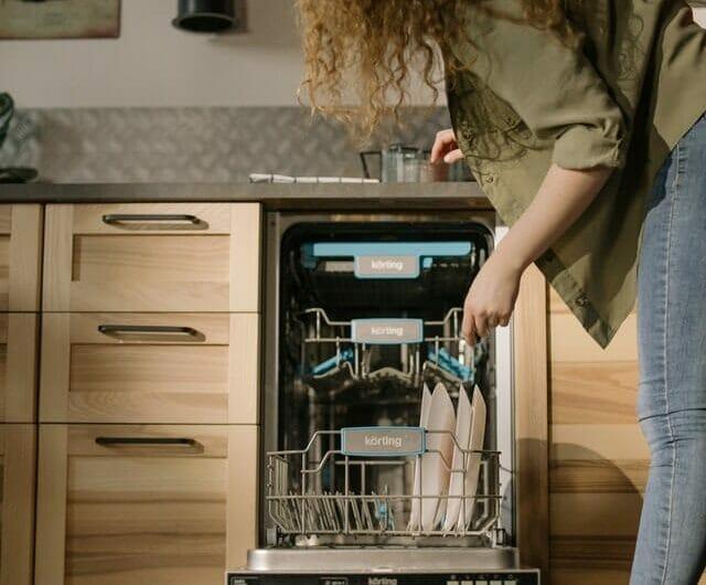 Quelle différence entre le lave-vaisselle intégrable et le lave-vaisselle tout intégrable ?